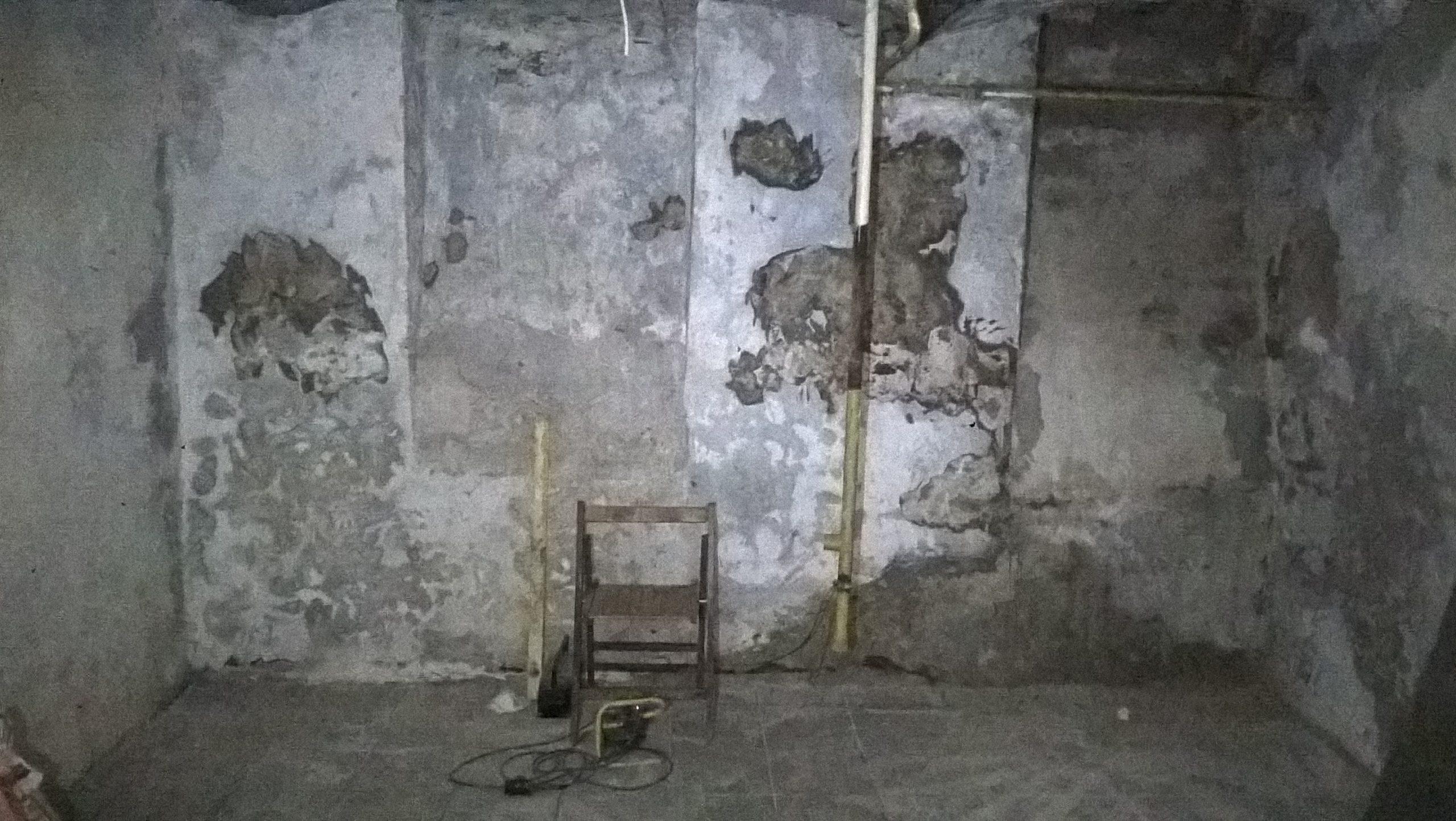 A fogadóterem utcafronti fala a faszékkel és a gázcsővel