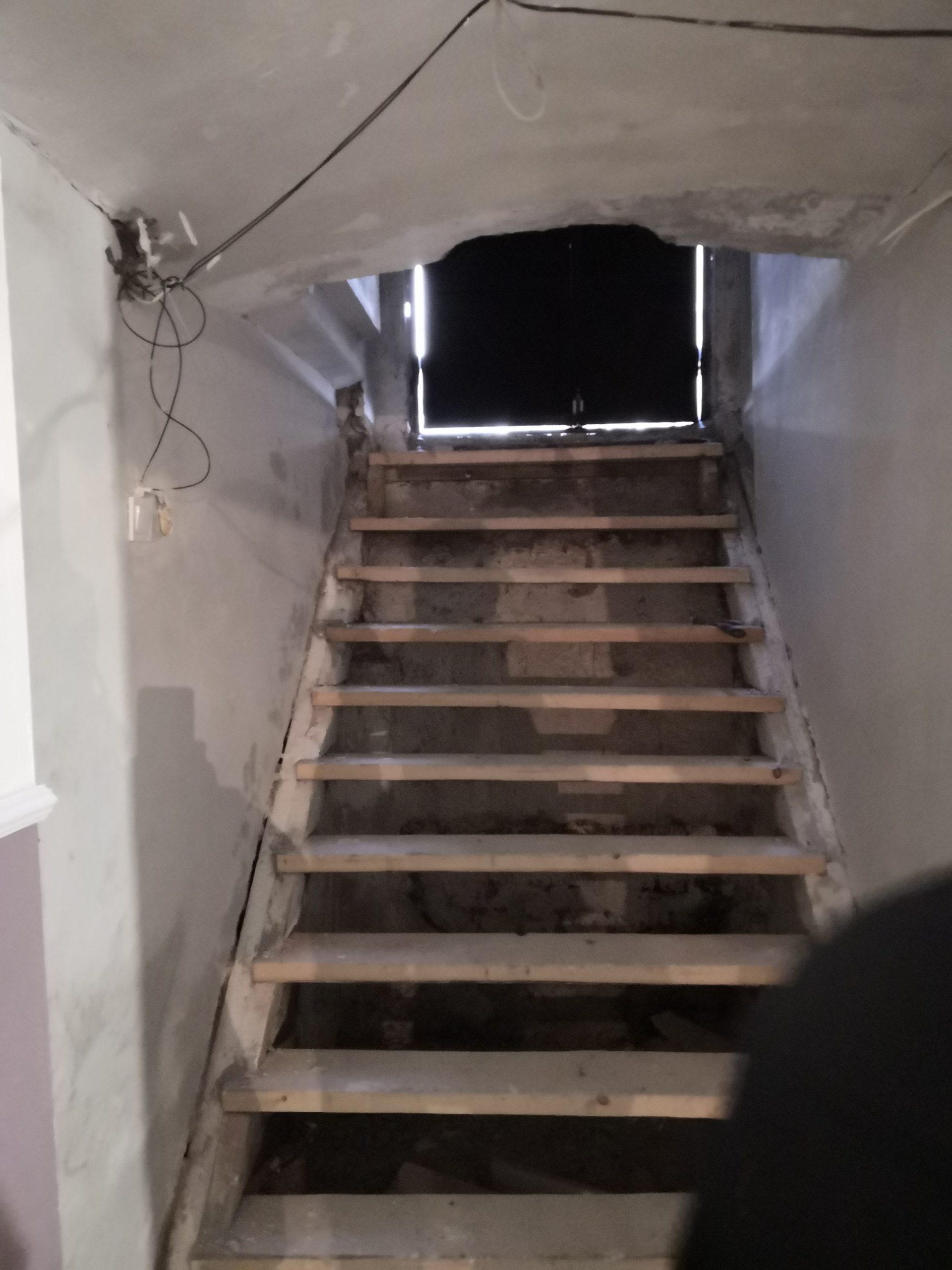 Arcal a lépcső felé