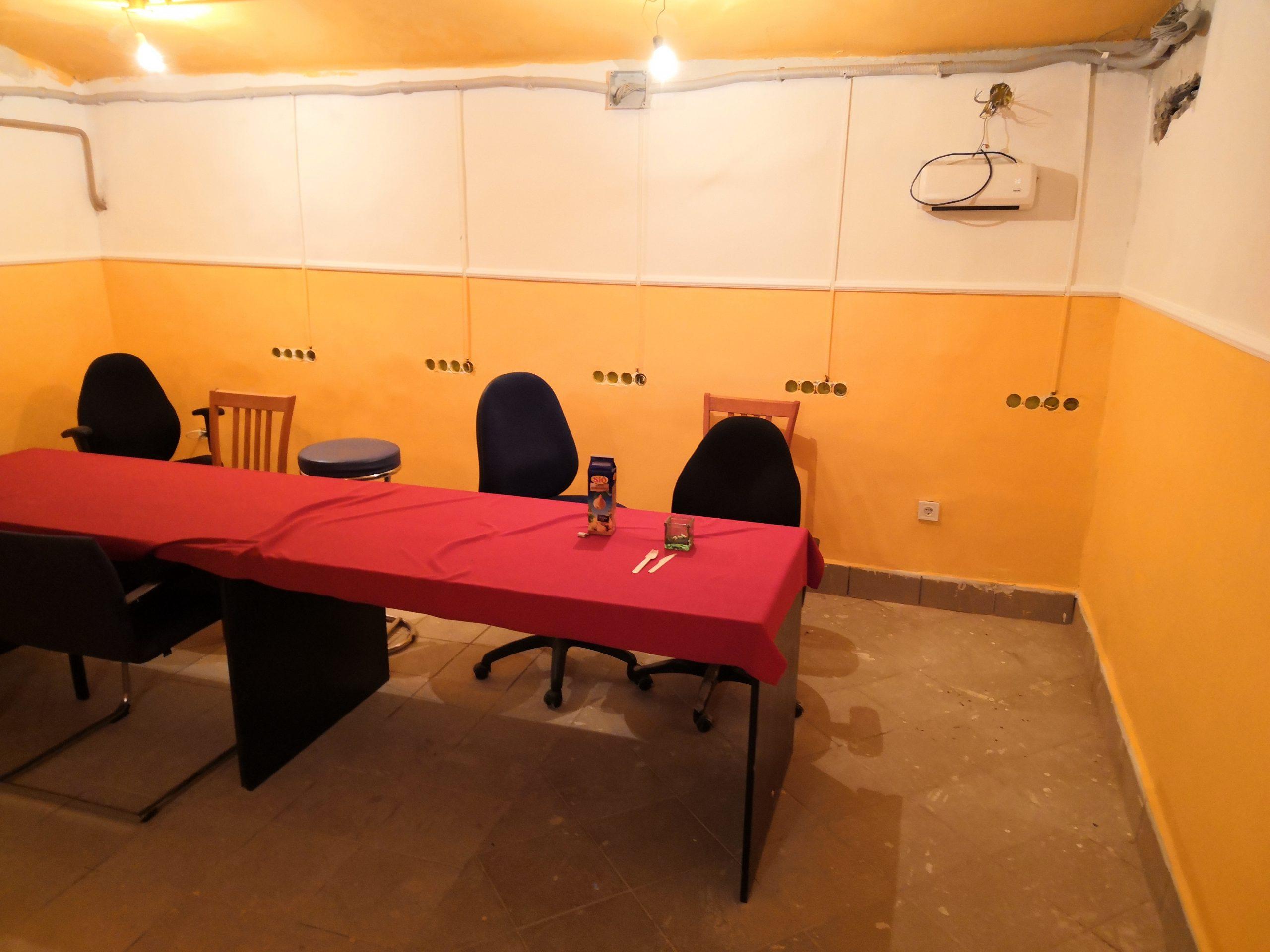 Asztalok és székek az oktatóteremben terítővel 2
