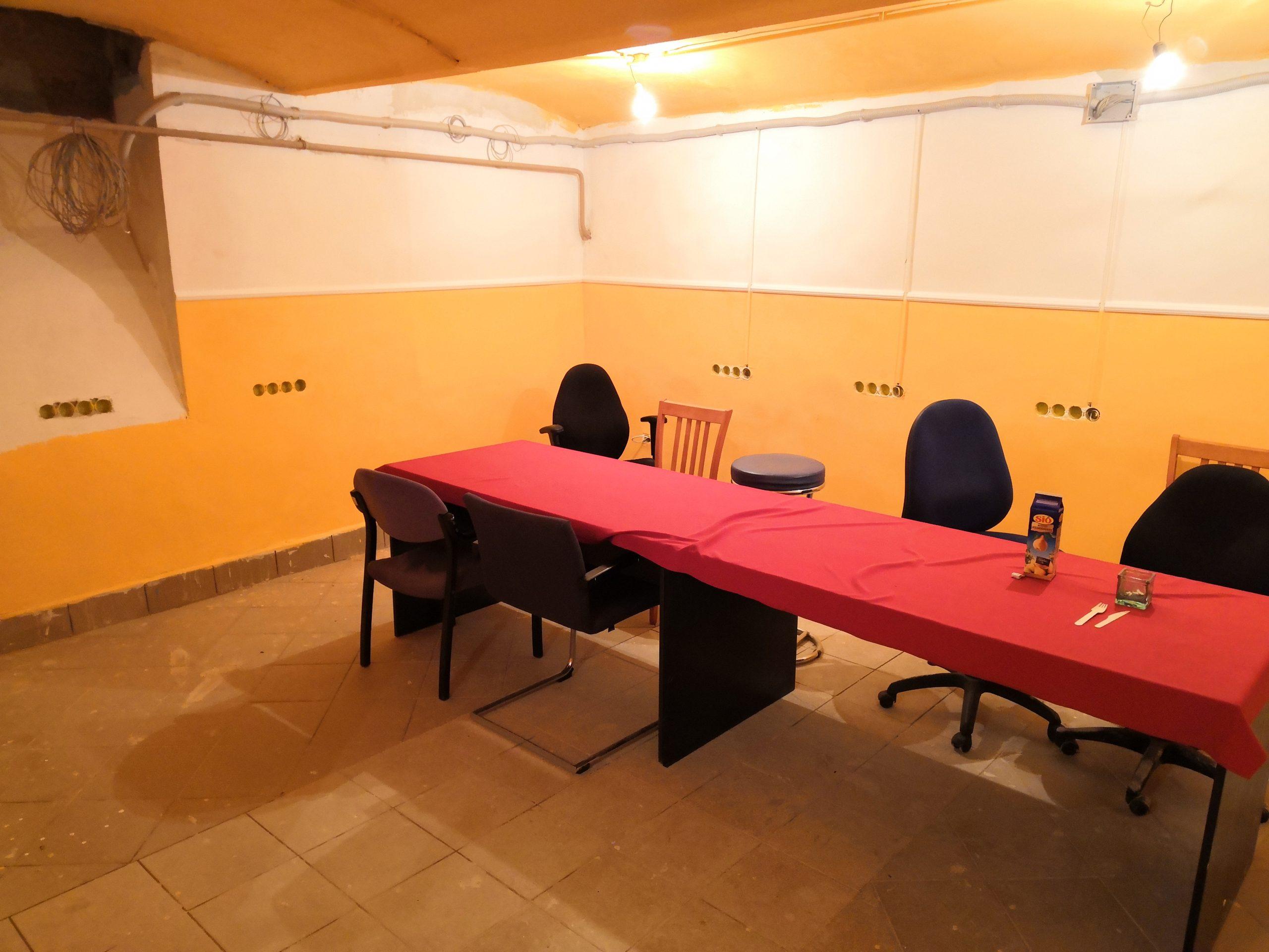 Asztalok terítővel és székek az oktatóteremben 1