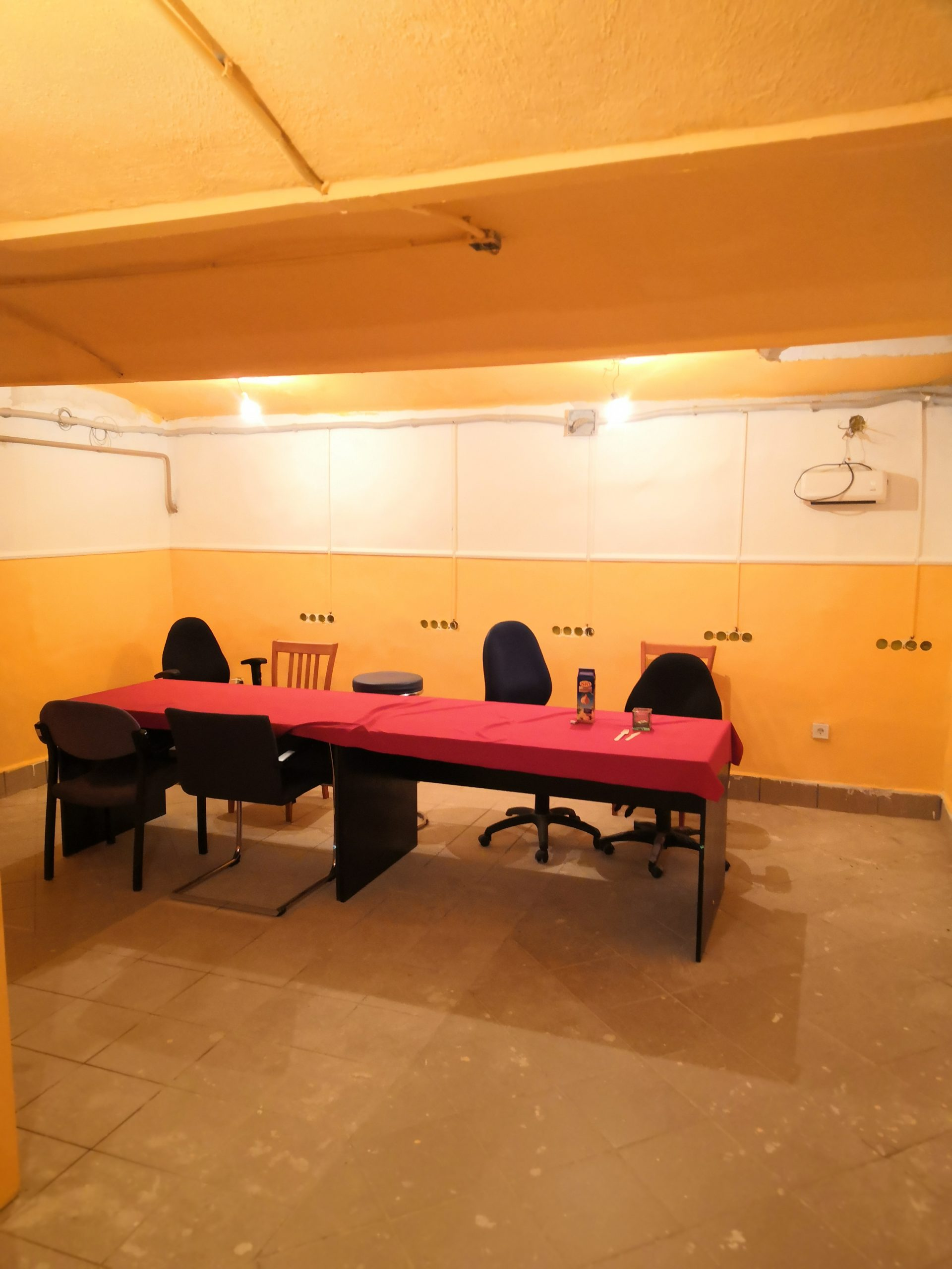 Asztalok terítővel és székek az oktatóteremben 2