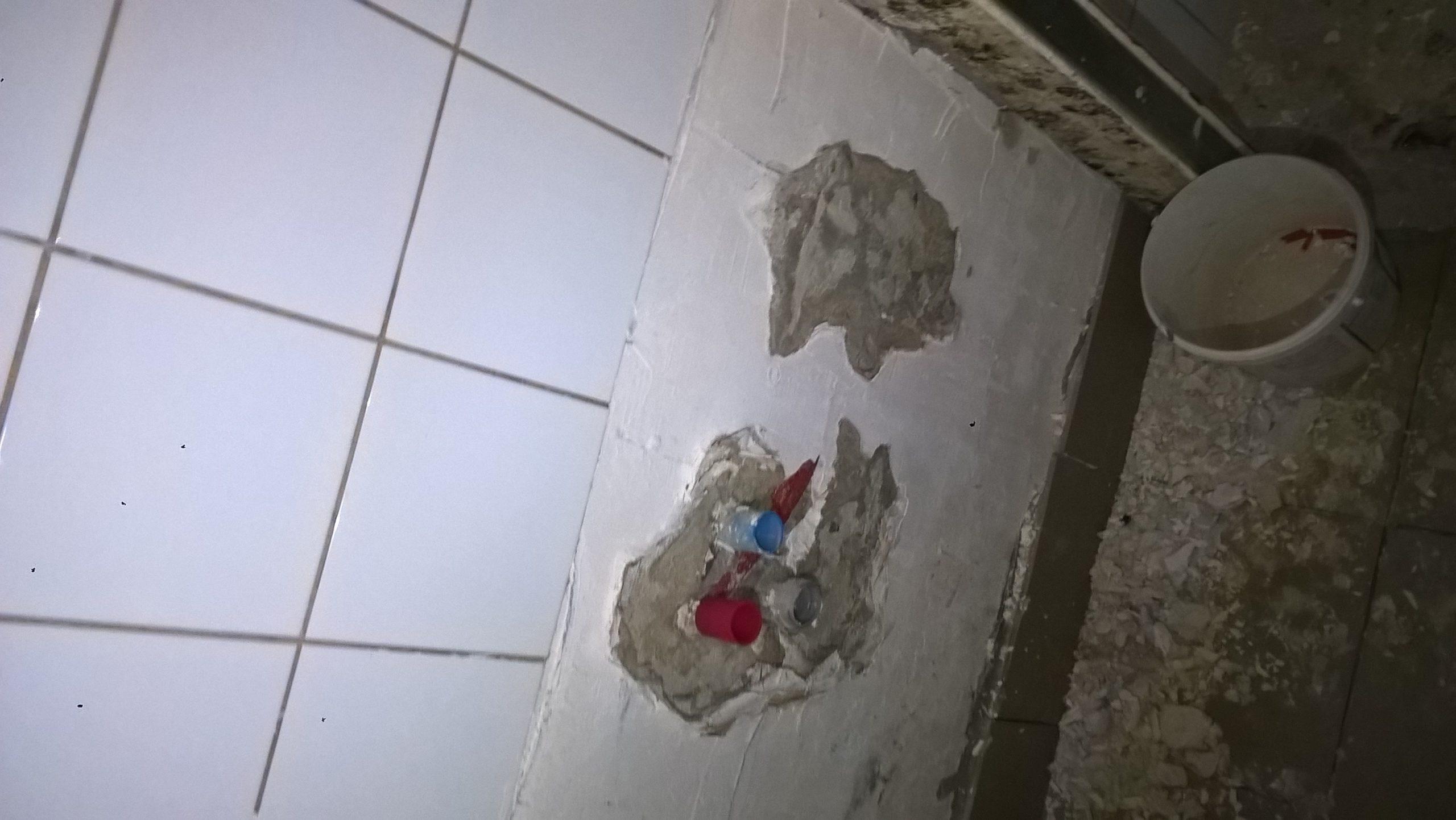 Csempe alatti vakolandó falrész előtte vödör