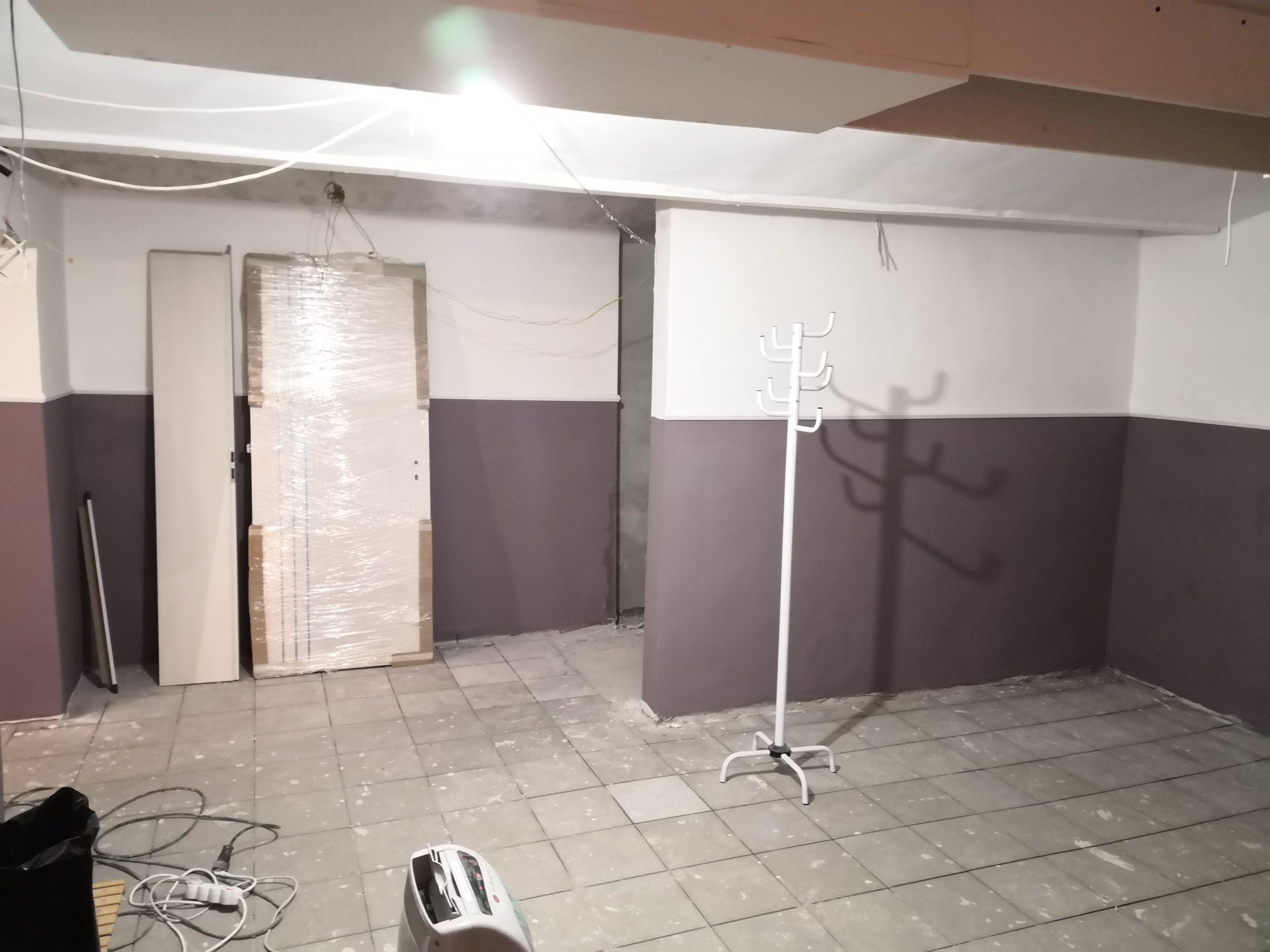Fogas a fal mellett és egy letakart ajtó 1