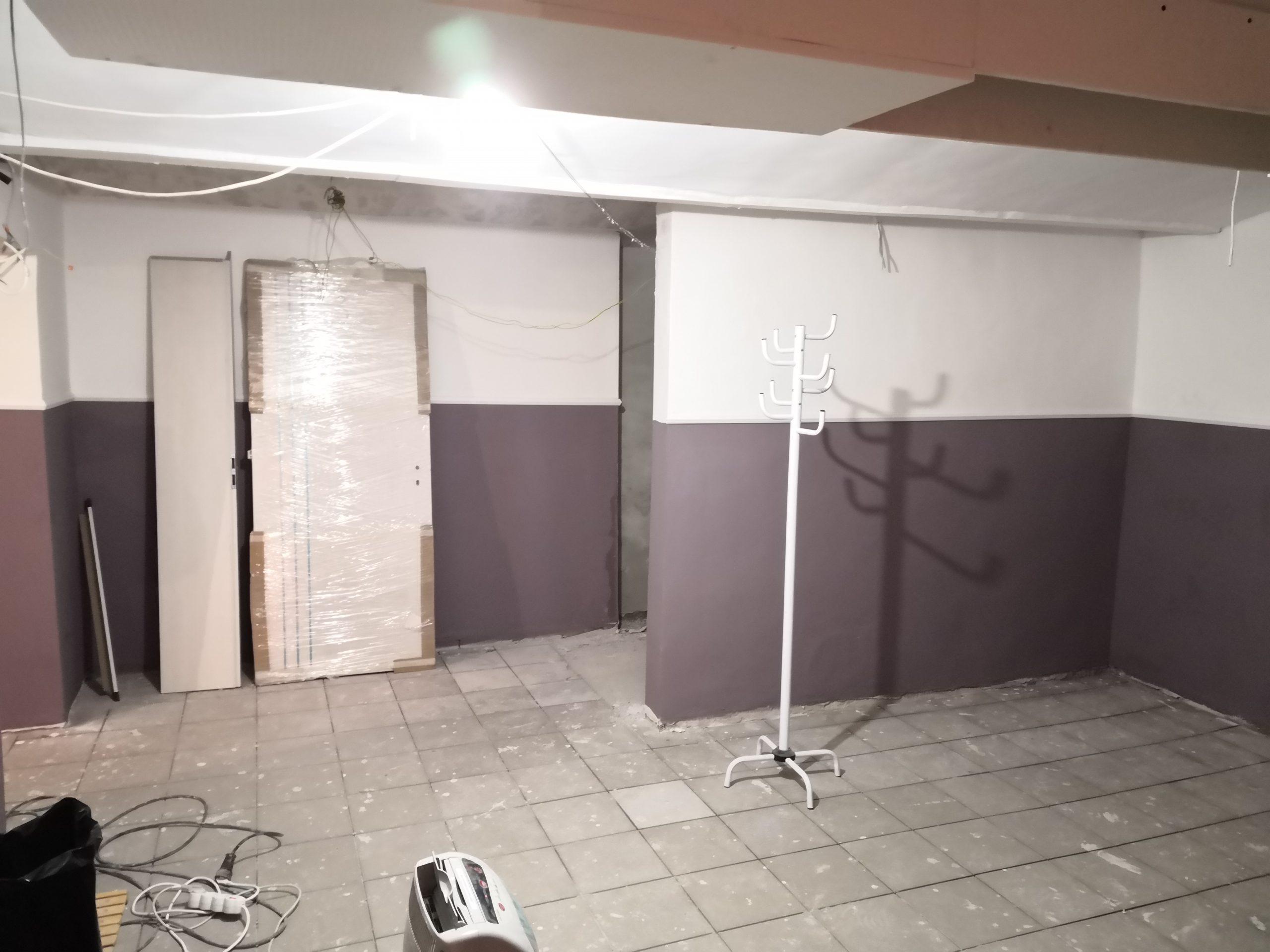 Fogas a fal mellett és egy letakart ajtó 2