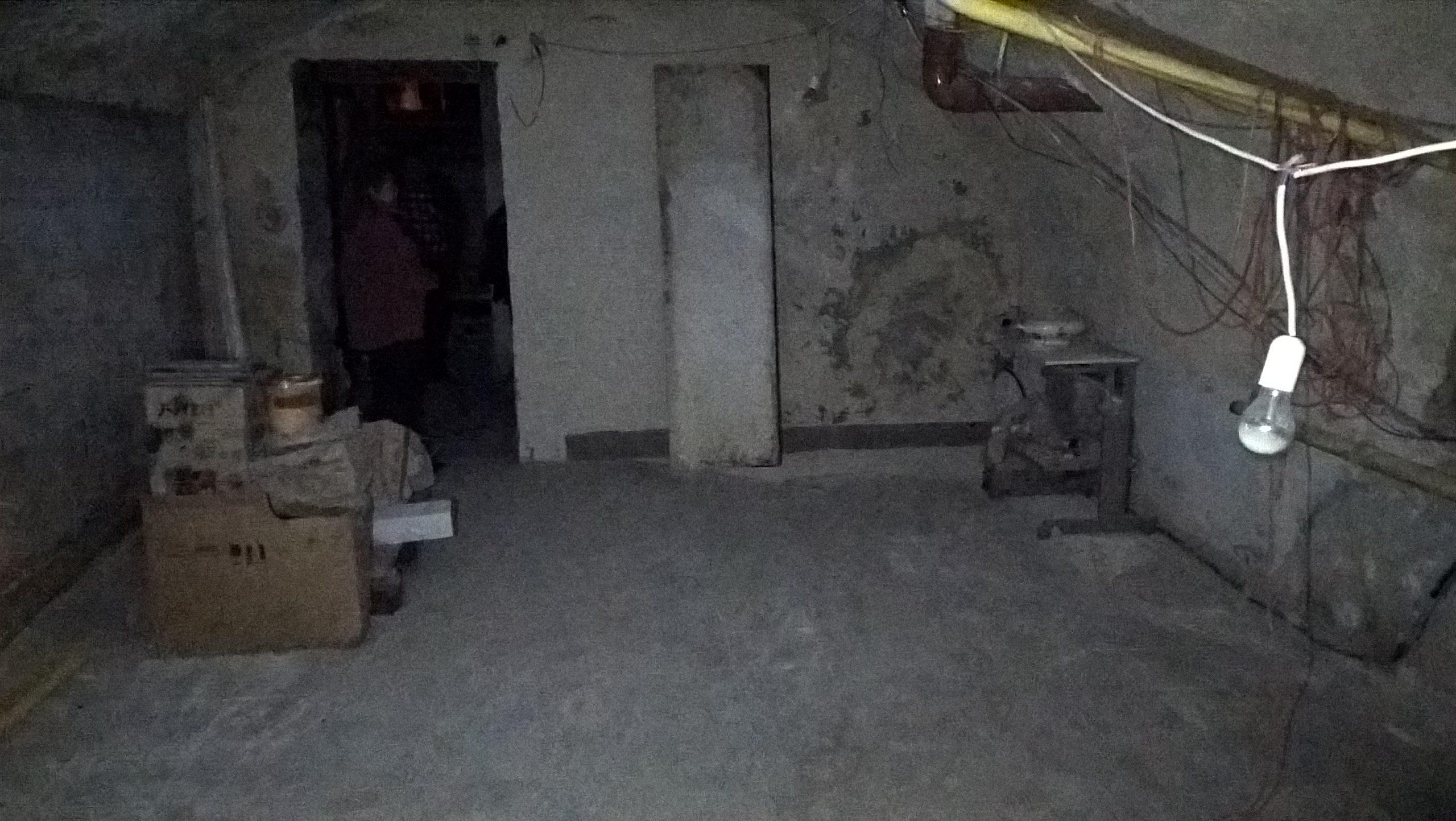 Pille áll a lépcsőlejárónál az első terem ajtajában